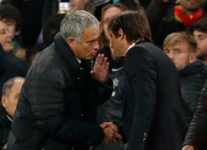 Mourinhocongratulates Conte at the end of the match.