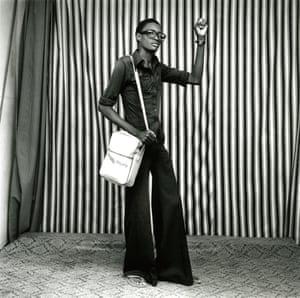 Jeune homme avec pattes d'éléphant, sacoche et montre, 1977.