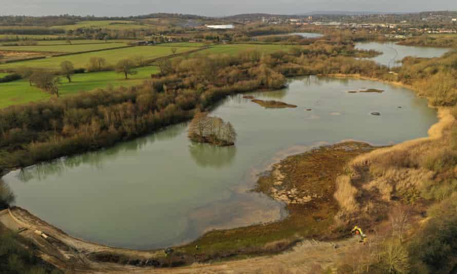 یک تالاب و یک دریاچه در کنار مزارع.