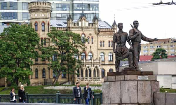 Statue depicting Soviet workers