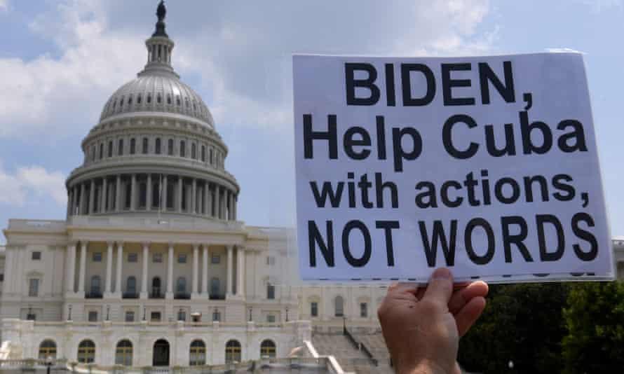 Attivisti e sostenitori cubani protestano fuori dal Campidoglio degli Stati Uniti a Washington all'inizio di questa settimana.