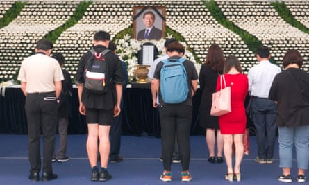 People offer condolences at the memorial altar for late Seoul mayor Park Won-soon at the weekend.