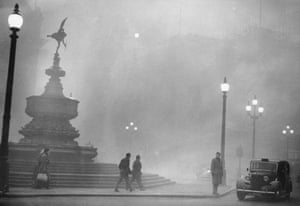 Heavy smog in Piccadilly Circus, London, December 1952.