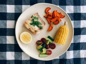 Pan-fried kingfish with veg and salad