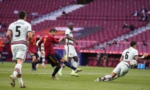 Álvaro Morata shoots, and does not score.
