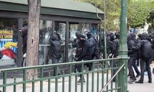 戴着面具的抗议者袭击了巴黎的商店。