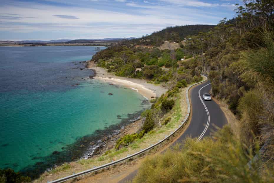 The road to Bicheno, located north of the Freycinet Peninsula, on Tasmania's east coast