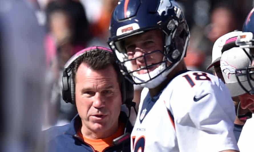 Gary Kubiak talks with Peyton Manning