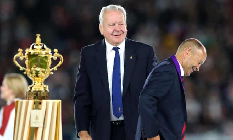 جونز پس از به اشتراک گذاشتن شوخی با بیل بومونت لبخند می زند اما جام وب الیس پس از شکست در فینال جام جهانی راگبی 2019 مقابل آفریقای جنوبی همچنان دست نیافتنی است.