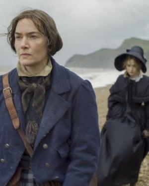 "Gambar yang dirilis oleh Neon ini menunjukkan Kate Winslet, latar depan, dan Saoirse Ronan dalam sebuah adegan dari ""Ammonite.""  (Neon melalui AP)"
