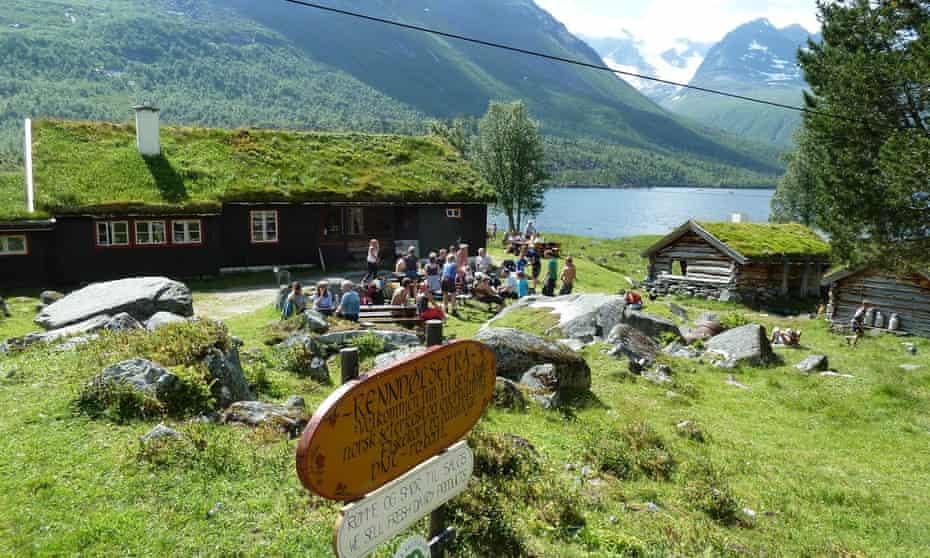Renndølsetra, lake and cabins