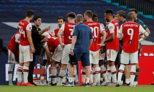 Arsenal manager Mikel Arteta instructs his players during the drink break.