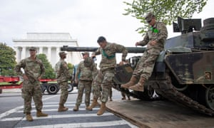 US army soldiers move an M1 Abrams main battle tank into position at the Lincoln Memorial
