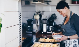 Linda Wahlström making cinnamon buns