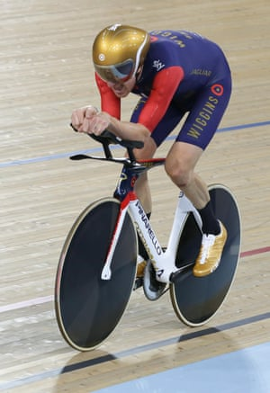 Throughout the attempt, Wiggins barely shifted his position in the saddle.