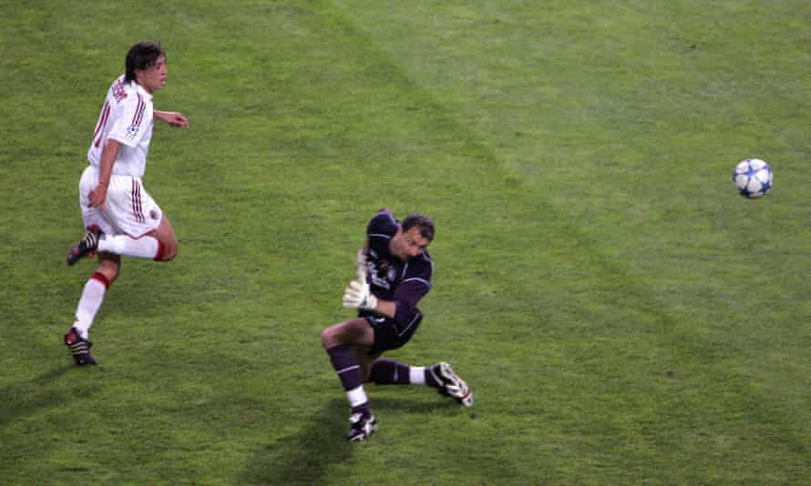 Hernán Crespo dinks the ball over Jerzy Dudek.