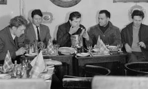(L-r) Timothy Behrens, Lucian Freud, Francis Bacon, Frank Auerbach and Michael Andrews at Wheeler's restaurant, Soho, 1963