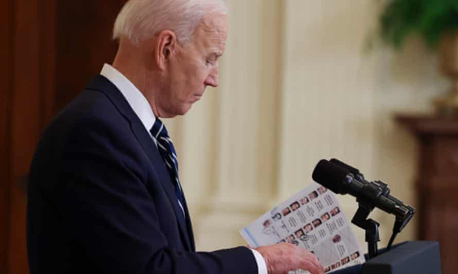 Biden in the White House on Thursday, reading from his notes! And he was looking at them!