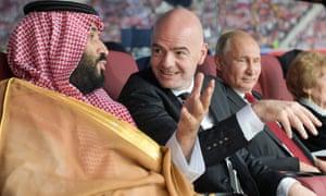 O príncipe herdeiro da Arábia Saudita, Mohammed Bin Salman, fala com o presidente da Fifa, Gianni Infantino, na Copa do Mundo