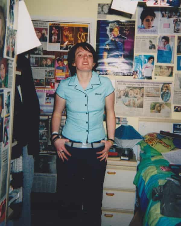 نویسنده در اتاق خواب نوجوان خود (و لباس های بهترین دوست).
