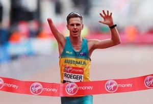Australia's Michael Roeger wins the men's para race