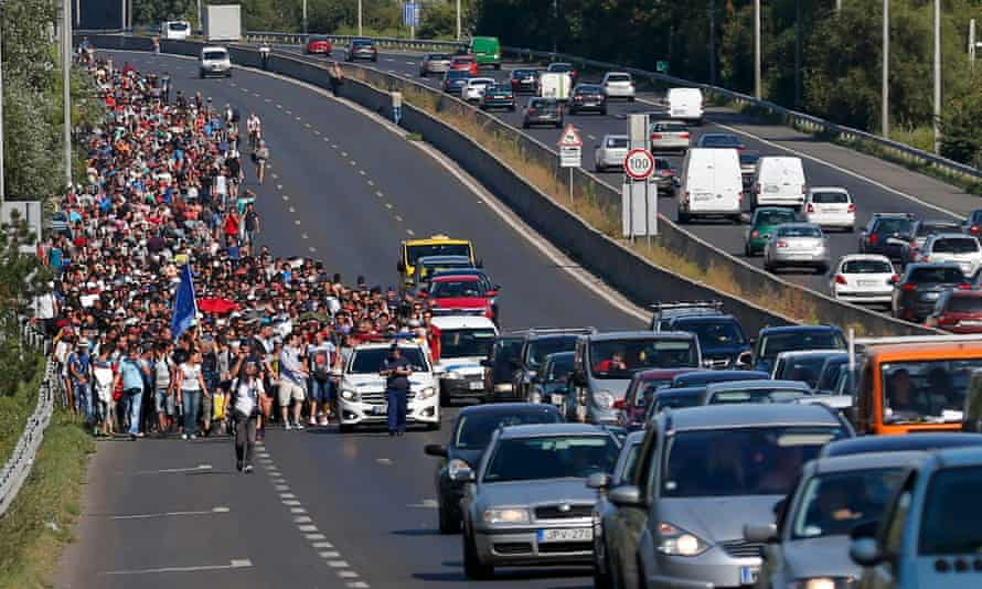 Hundreds march on foot for the border with Austria from Budapest