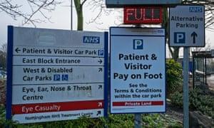 Parking signs at a hosptia