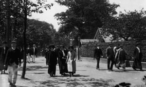 Workers in the streets of Bournville, 1909.