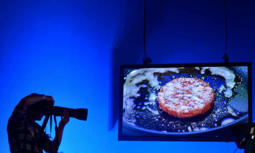 A live screen view behind as the world's first lab-grown beef burger is cooked in west London, August 5, 2013.