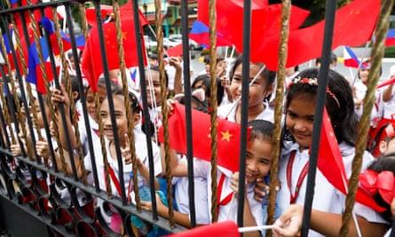 Filipino pupils during Xi Jinping's state visit on Tuesday.