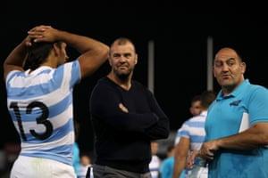 Argentine coach Mario Ledesma speaks with Pumas coach advisor Michael Cheika and Matias Orlando.