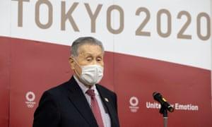 Yoshiro Mori berbicara kepada media di Tokyo