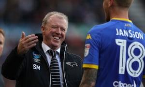 Steve McClaren speaks to Pontus Jansson during the match.