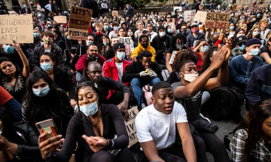 """Protestul """"Rhodes Must Fall"""" în afara Oriel College."""