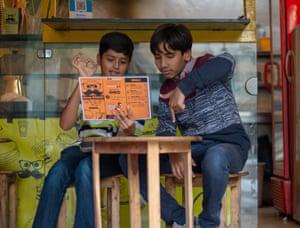 Noraiz and Wajdaan Khan order crispy chicken and fries in sign language