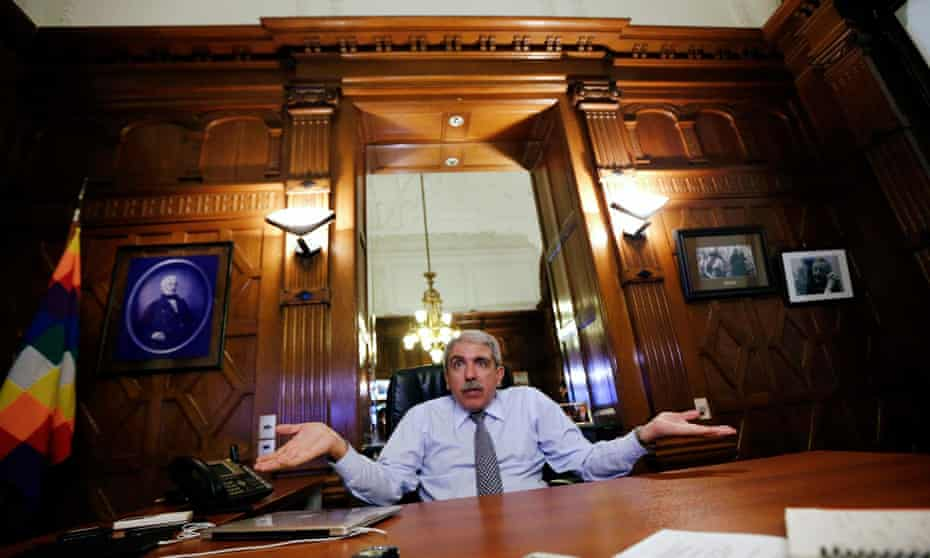 Aníbal Fernández in his office