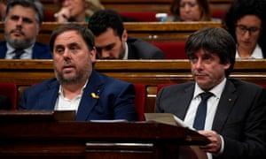 加泰罗尼亚总统Carles Puigdemont,右翼和副总统Oriol Junqueras周四参加了在巴塞罗那举行的加泰罗尼亚议会会议。