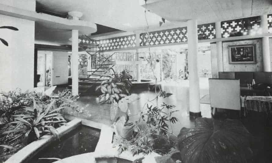 Open-plan ground floor, with courtyards and pools. Chandra Amarasinghe House Colombo, 1960.