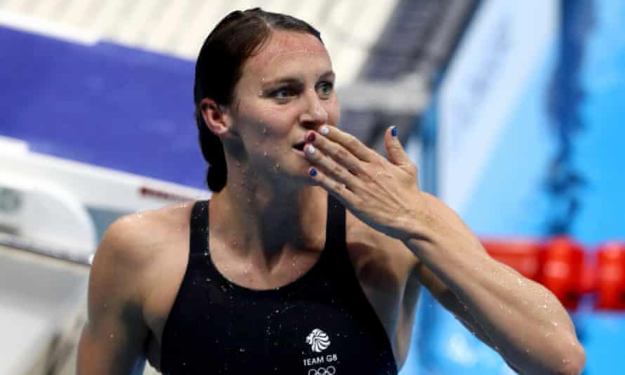 Jazz Carlin celebrates after winning silver in the women's 800m freestyle final.