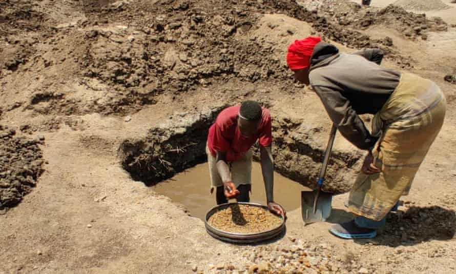 Artisanal diamond miners on land near the Williamson complex in Mwadui.