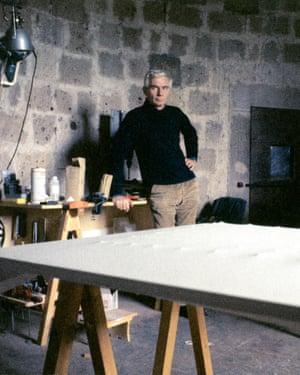 Enrico Castellani in his studio in the late 1970s.