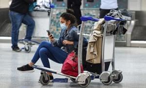 Un passager bloqué à Tunis Carthage attend un vol