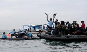 Penyelam Angkatan Laut menunjukkan puing-puing dari jet Sriwijaya Air yang ditemukan dari perairan Jakarta, Indonesia.