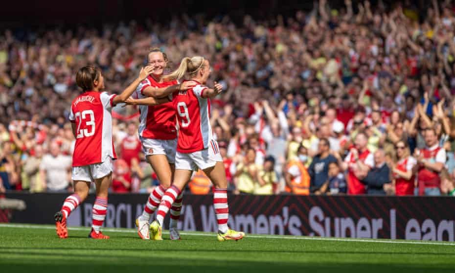 Beth Mead (9) celebrates in front of the Emirates crowd