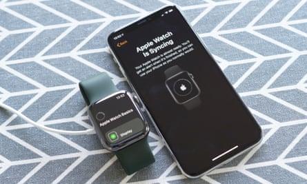 Фотография, на которой показаны Apple Watch Series 6 и iPhone в синхронизации. Настройка часов занимает около 10 минут, включая сопряжение с iPhone и синхронизацию данных и настроек.