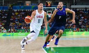 Klay Thompson moves the ball against Joffrey Lauvergne.