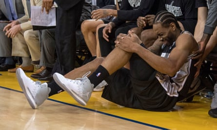 Kawhi Leonard had to leave the game after an injury in the third quarter