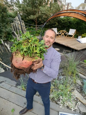 Kevin Fortey with the world's heaviest beetroot at Chelsea flower show in 2019