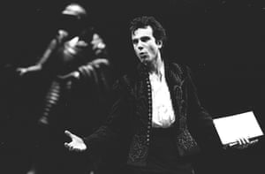 Daniel Day-Lewis (Hamlet) at the National Theatre in 1989.