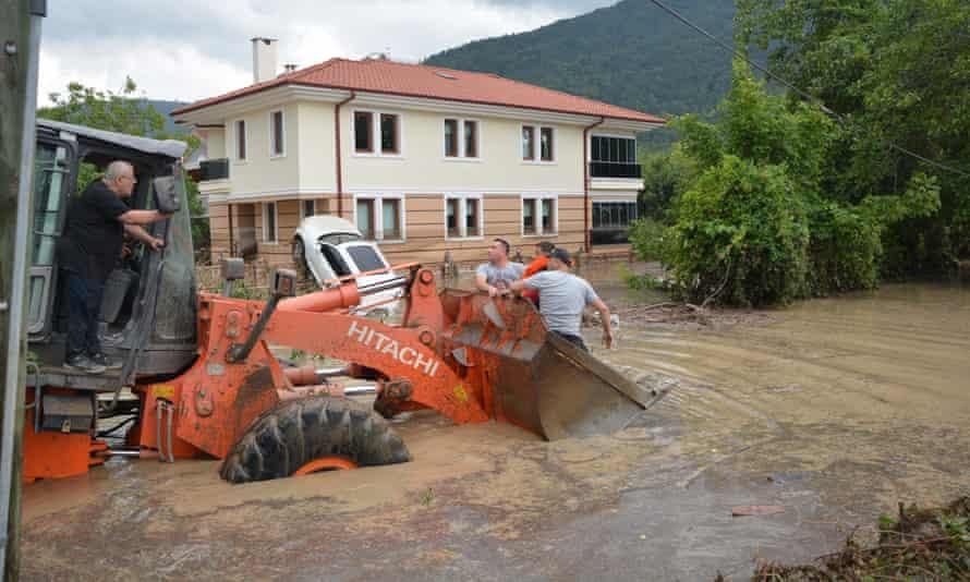عمال ينقذون ضحايا الفيضانات في منطقة كاستامونو التركية